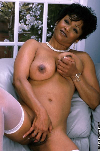 janet is a classy mature babe but golden ebony picture