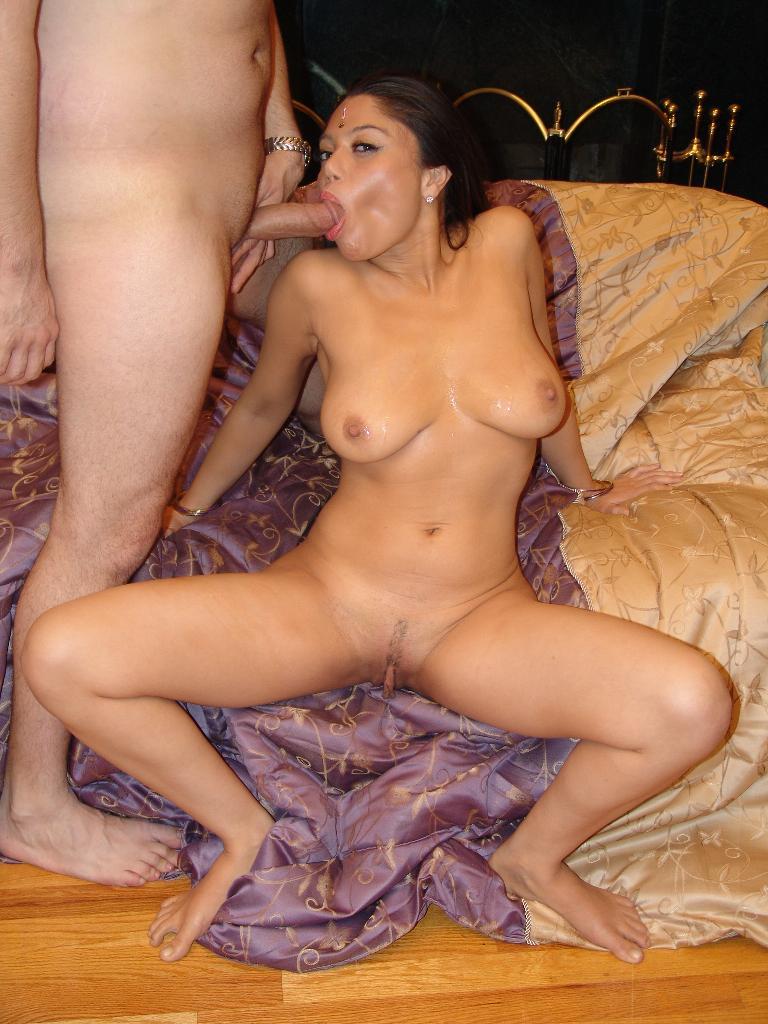 Sexy Sunny Leone massiert nackt die Fotze -