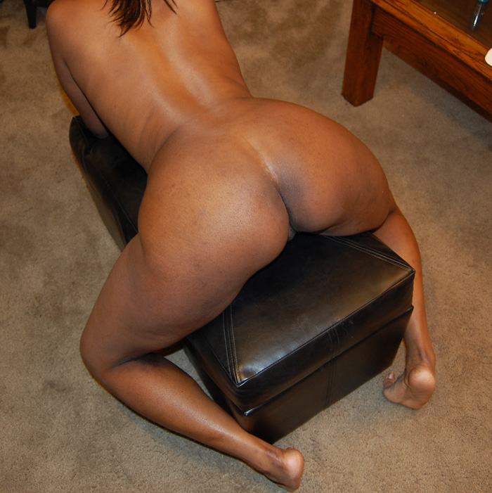 Big sexy ass displayed by naughty black chick looking - Picture 1