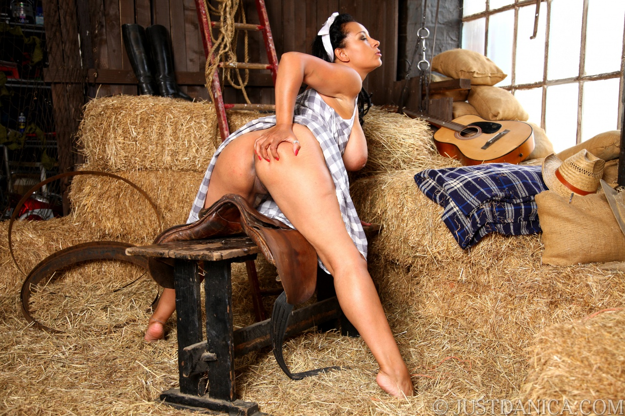 nude ebony girl barn