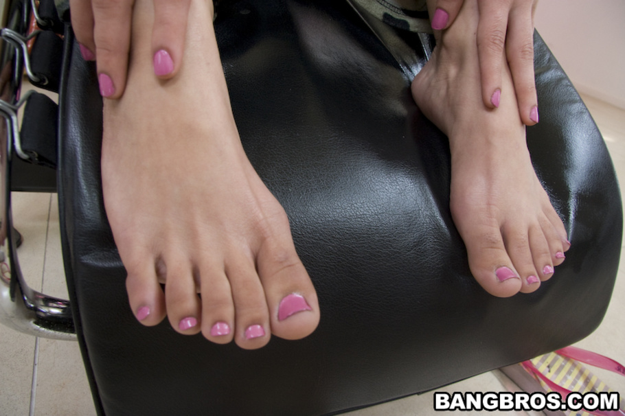 Barefoot Latina Tia Cyrus having toes sucked before giving footjob № 10216 без смс