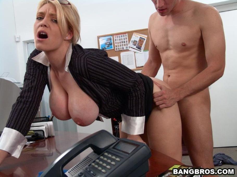 шеф трахает секретаршу в офисе