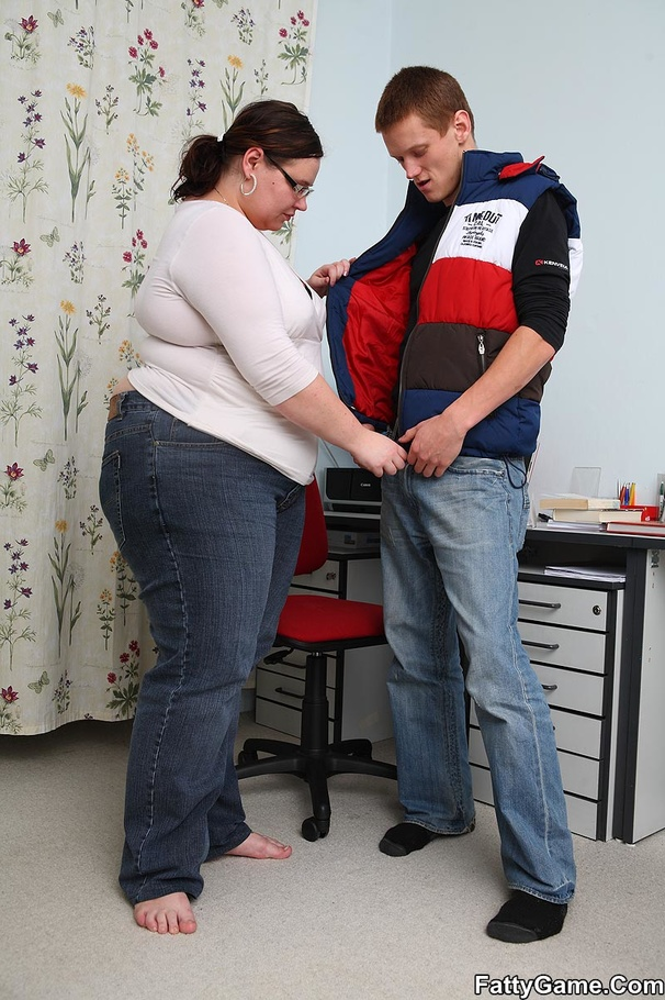 Slim guy finger pussy of fat lady before dropping her on - Picture 5