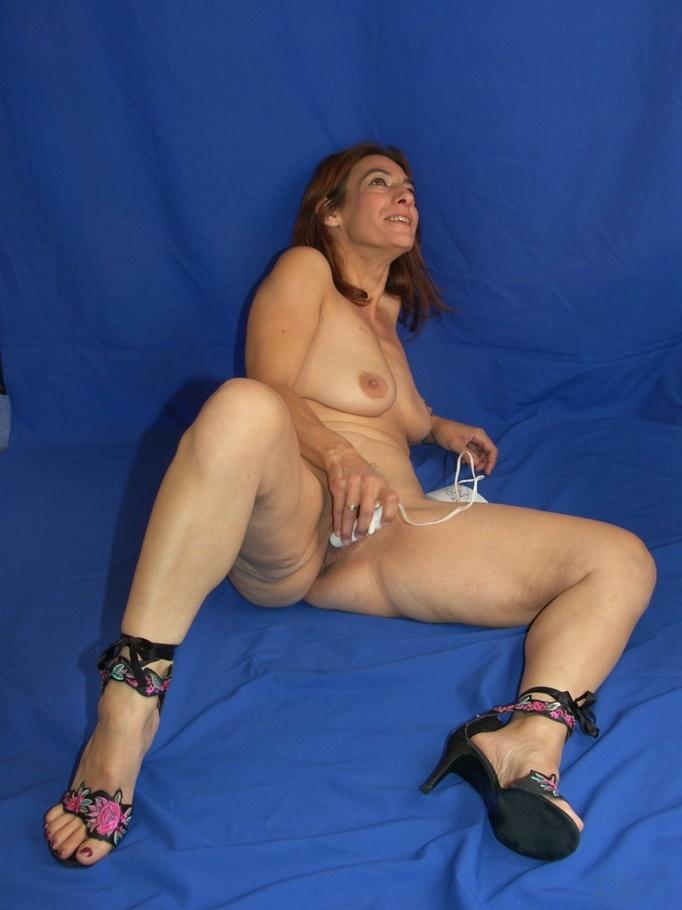dama-masturbiruet-na-kameru