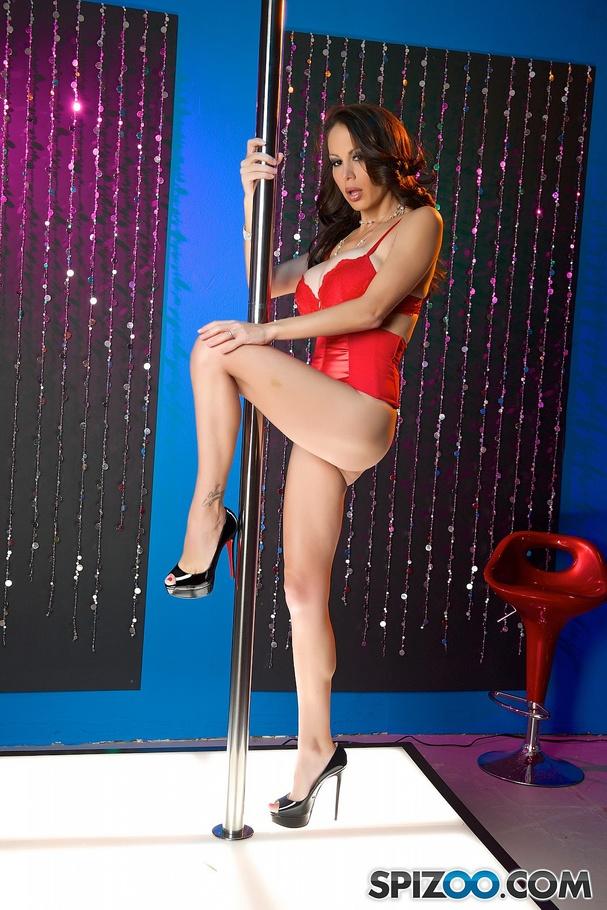 MILF babe McKenzie Lee strips for a massage and shows her cunt № 717702  скачать
