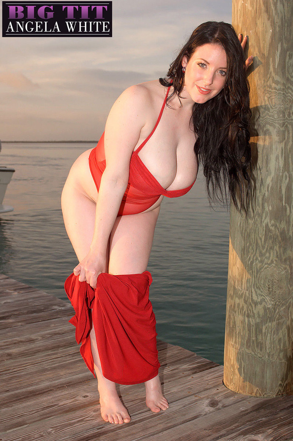Beautiful babe posing her fat body by the beach wearing - Picture 13