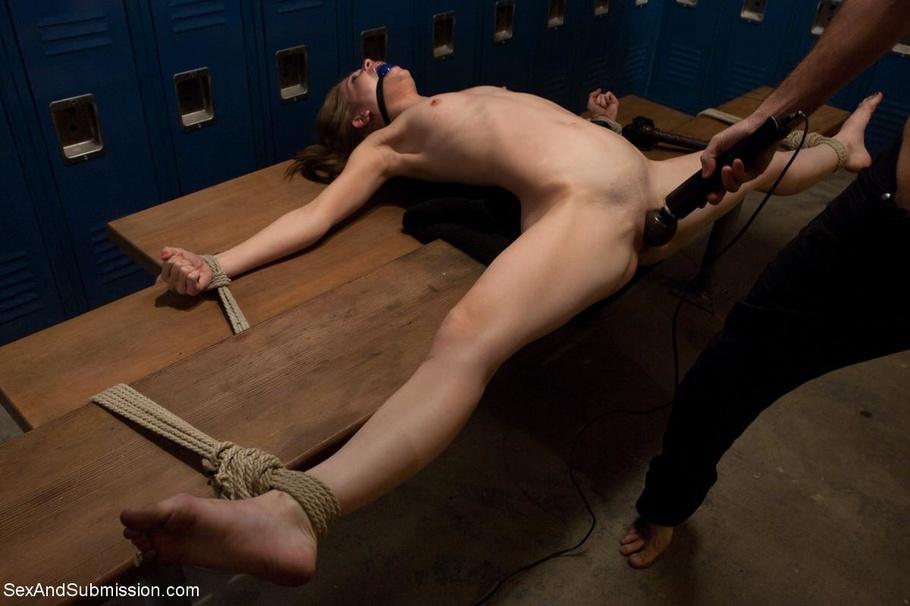 Фото про то как издеваются над голыми связанными скотчем девушек