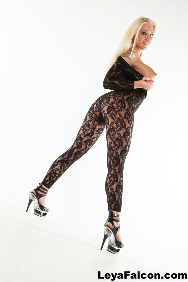 Busty blonde Leya Falcon fondles her big boobs  № 897380 бесплатно