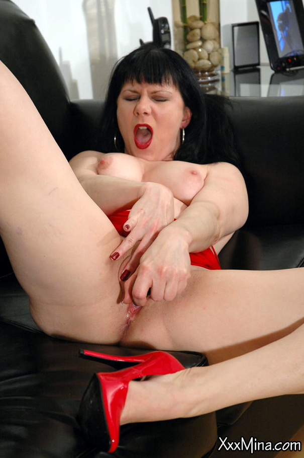 Busty wife lavender rayne fucks her twat with a bottle 6