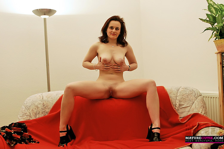 Brunette milf in black heels showing her big naturals and pink cunt while  posing nude on