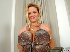 Just check out enormous heavy breasts thsi blonde lusty - Picture 1