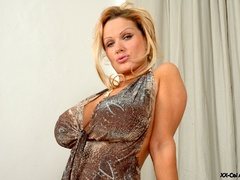 Just check out enormous heavy breasts thsi blonde lusty - Picture 2