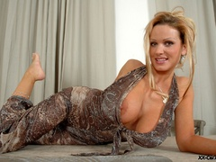 Just check out enormous heavy breasts thsi blonde lusty - Picture 5