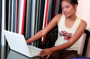 Petite college girl chatting online naked to find some generous sponsors - Picture 2