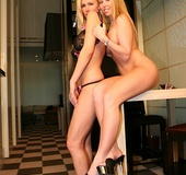 Two Hotties Start The Day By Eating Cunt