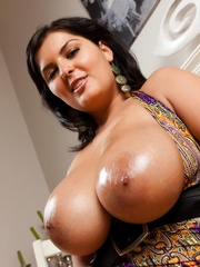 Jasmine's huge greasy boobs - Sexy Women in Lingerie - Picture 10