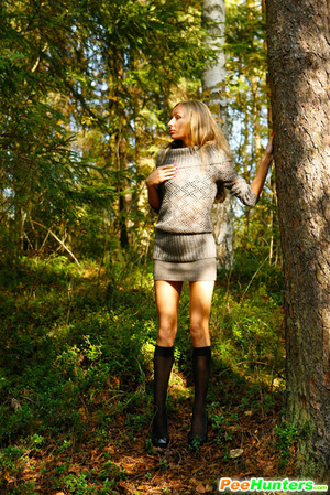 Exclusive spy photos of a cute girl peeing in the bush - XXXonXXX - Pic 4