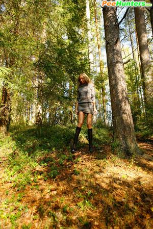 Exclusive spy photos of a cute girl peeing in the bush - XXXonXXX - Pic 13