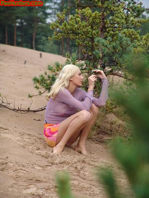 Beautiful teen peeing in the beach - XXXonXXX - Pic 3