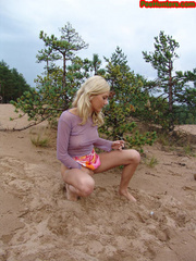 Beautiful teen peeing in the beach - XXXonXXX - Pic 13