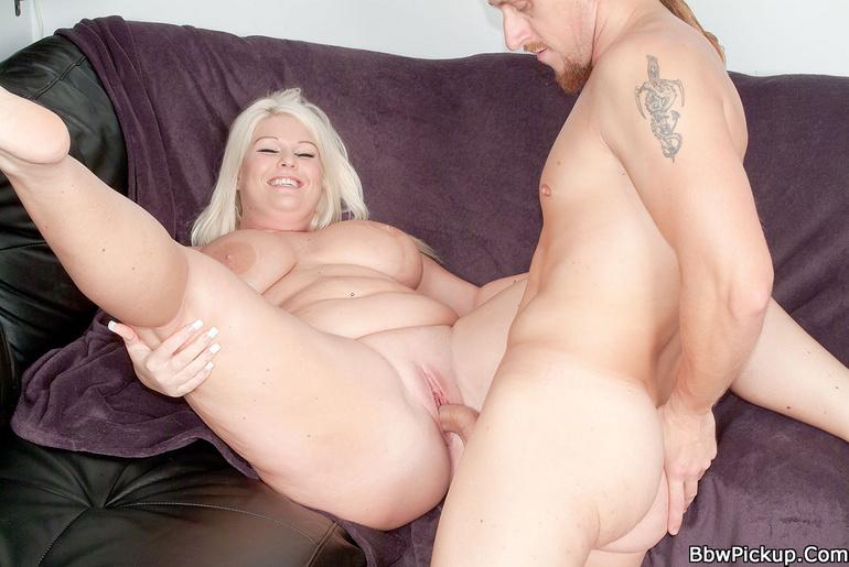 блондинка трахает толстяка