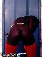 Curly black babe posing naked in vintage - XXX Dessert - Picture 5