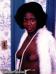Curly black babe posing naked in vintage - XXX Dessert - Picture 7