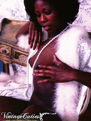 Curly black babe posing naked in vintage - XXX Dessert - Picture 8