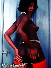 Curly black babe posing naked in vintage - XXX Dessert - Picture 10