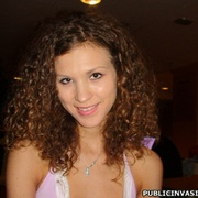 Curly hair stunnig babe flashing her - XXX Dessert - Picture 6