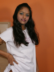 Indian lovely girl pulls up her white - XXX Dessert - Picture 4
