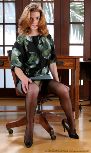 Office mature Marcy Darling is posing on the table and undressing № 765176  скачать