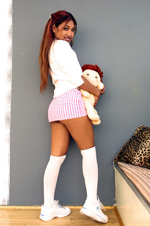 Indian schoolgirl spreads her dark slit  - XXX Dessert - Picture 4