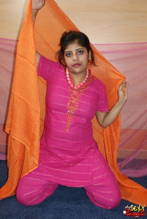 Indian slut taking off her pink sari to get nude on cam - XXXonXXX - Pic 3