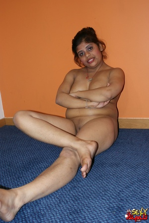 Wild Indian chick in pink dress takes it off to stay nude on cam - XXXonXXX - Pic 14