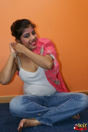 Slutty ponytailed Indian bitch taking off her jeans and demonstrating her cooch and ass - XXXonXXX - Pic 4
