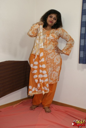 She takes off her orange sari to get naked and demonstrate her chubby Indian forms - XXXonXXX - Pic 3