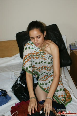 Ponytailed Indian chick Jasmine trying to put on her nice blue sari on her naked body - XXXonXXX - Pic 4