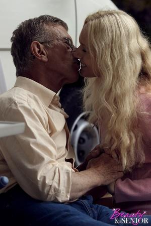 Very hot blonde tee Helen pleasing old b - XXX Dessert - Picture 6