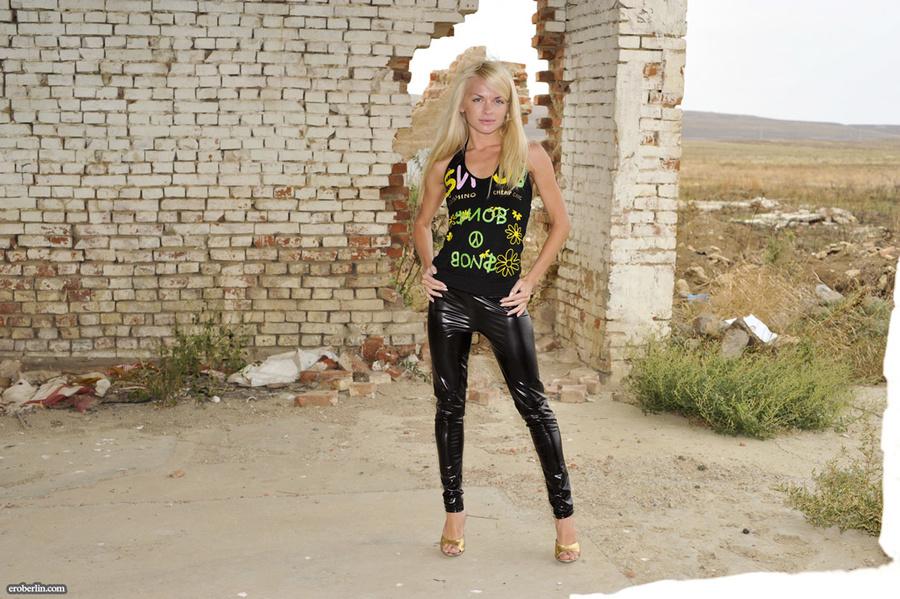 blonde en legging latex
