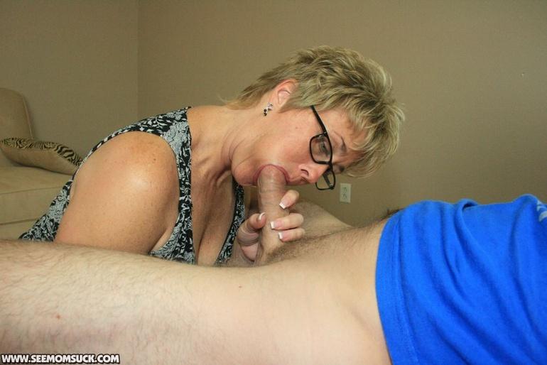 Мама сосет член сына, фото - full-porn.com.