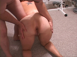 Red busty bitch giving head sitting on the floor before - Picture 2
