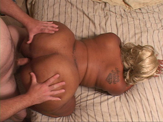 Black fart mom with a blonde wig gets her pooper screwed - Picture 2