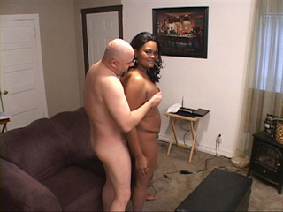 Bootylicious black mom gives a blowjob to a bald man - Picture 2