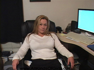 Blonde milf with fat ass demonstrates it at her - Picture 1