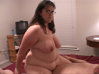 Nasty chubby mom in glasses gets her asshole fucked - Picture 3