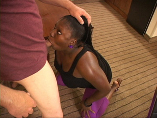 Chubby ponytailed black milf in leggings sucking man's - Picture 3