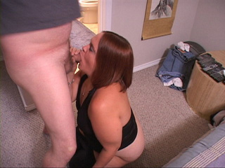 Slutty mature fatso in black leggings sucking man's met - Picture 2