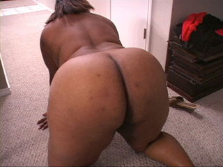 Hot black mom in golden shoes shows off her bottom - Picture 3