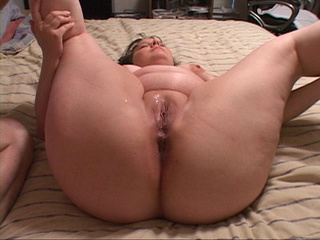 Chubby milf shows off - Picture 1